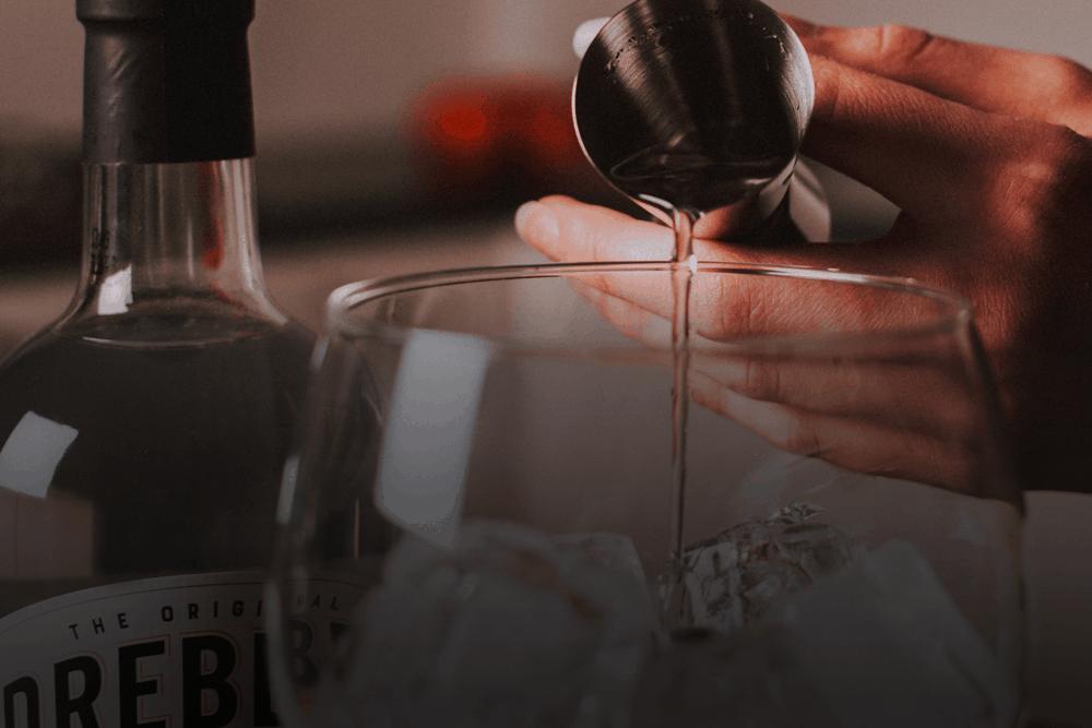 Drebbel Gin Pouring Gin in a glass of Drebbel Gin